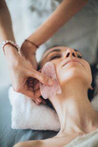 masaż twarzy, gua sha, domowy masaż twarzy